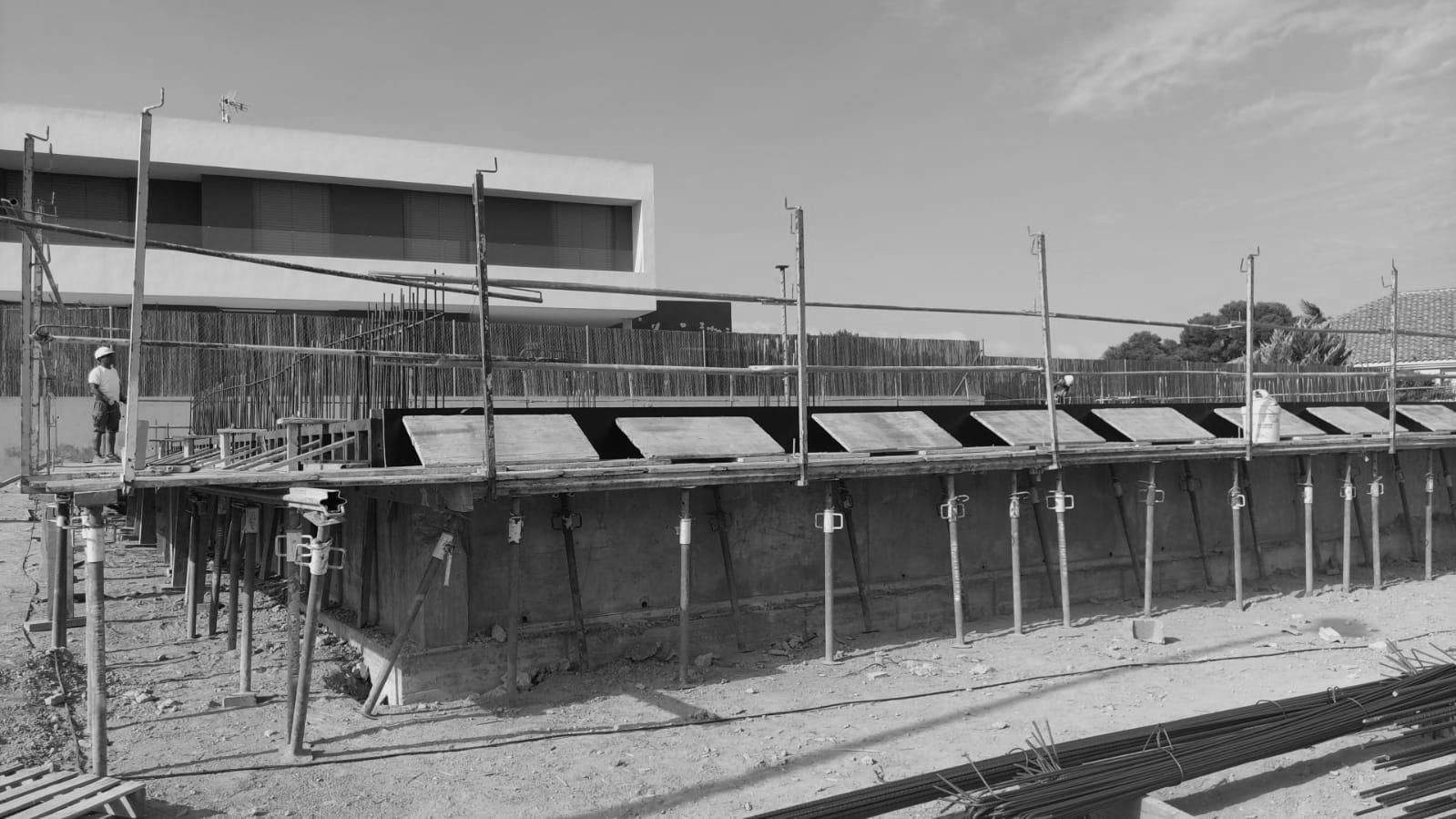 Fotografía en blanco y negro de una obra de construcción de una vivienda unifamiliar